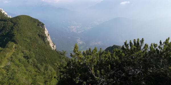 am Sattel südlich der Creta di Mezzod – ein Blick nach Norden in das Val Chiarso mit den Hauptorten Dierico und Paularo