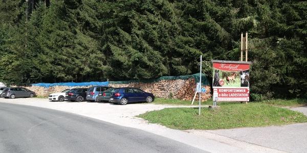 """Der Schotterparkplatz beim Gasthaus """"In der Kreh"""" ist der Ausgangspunkt der Tour."""
