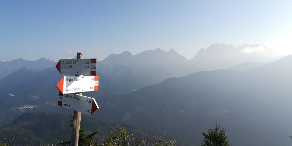 Hinweistafeln am Mt. Talm, berührt von der Morgensonne – im Hintergrund (nördlich) die Karnischen Alpen mit der Steilwand, dem Wolayer Kopf, dem Seekopf, der Seewarte, der Hohen Warte und die Kellerspitzen– 4