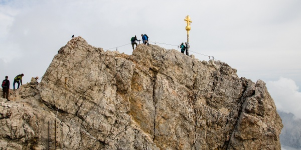 Das Gipfelkreuz der Zugspitze.