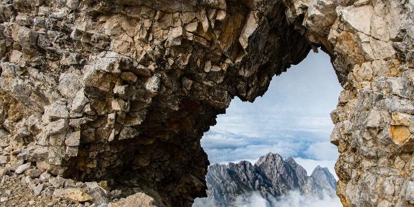der Waxenstein durch ein Felsloch