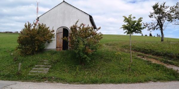 Diese Kapelle erreicht man, nachdem man die Wiese in schnurgerade Linie aufwärts durchquert hat.