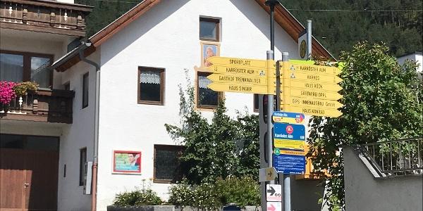 Wegweiser zur Karrösteralm im Ortszentrum