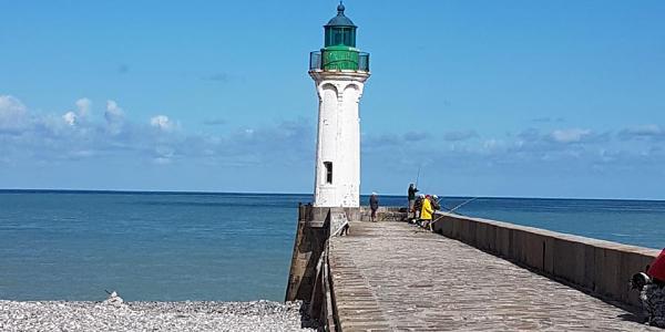 Der Leuchtturm von Saint-Valery-en-Caux an der Hafeneinfahrt
