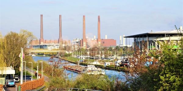 Blick auf Mittellandkanal, Autostadt und VW-Werk
