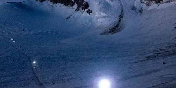Wir überqueren den Hohbalmgletscher in der morgendlichen Dunkelheit.