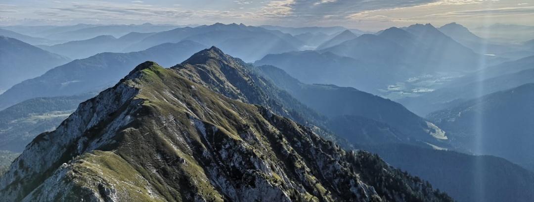 Blick vom Kleinen Reißkofel nach Osten zum Dristallkofel und Sattelnock – dahinter die Berge der 28. und 29. Etappe: Golz, Spitzegel, Vellacher Egel und Dobratsch