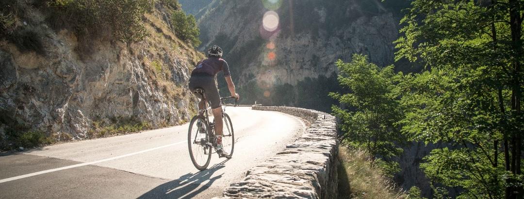 Radfahrer auf der Straße von Val d'Anniviers