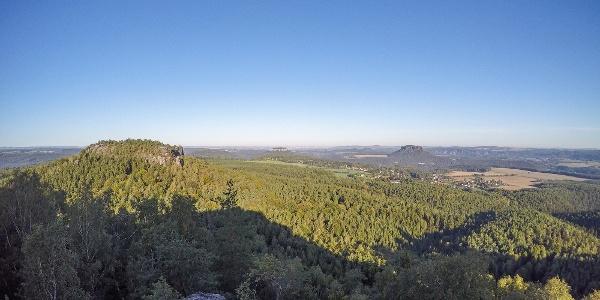 Traumhafte Aussicht vom Papststein zum Gohrisch, zur Festung Königstein und zum Lilienstein (v. l. n. r.)