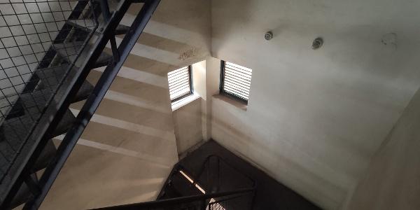 Apró, sarkos ablakok: minimalista tervezés
