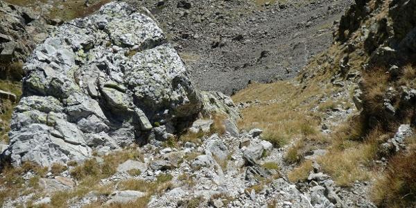 Der steile Wiesenausstieg aus dem Kar unterhalb der Cima di Mercantour