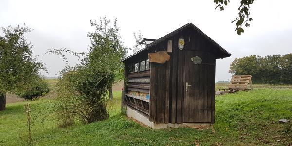 Bienenhaus am Wegrand