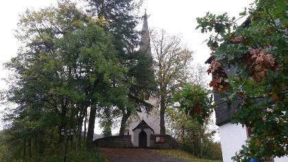Pfarrkirche St. Wendelinus mit Pfarrhausecke.