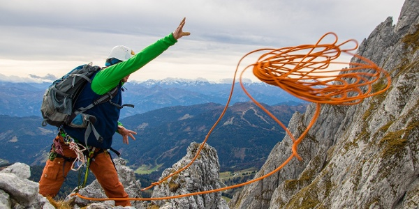 Das Seil zum Abseilen vom Gipfel vorbereiten.