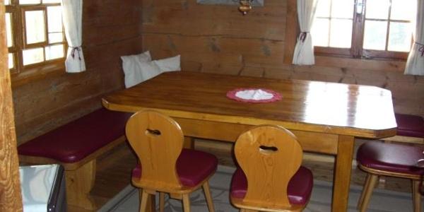 Stube mit großem Tisch