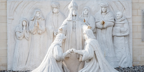 Ecsedi Báthori György és Somlyai Báthori Anna házasságkötése 1550-ben: szobor a nyírbátori történelmi sétányon