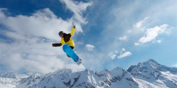 Ski area Passo del Tonale, evoluzioni con lo snowboard
