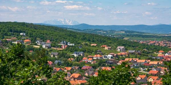 Kilátás a Schneeberg irányába az Alom-hegyről