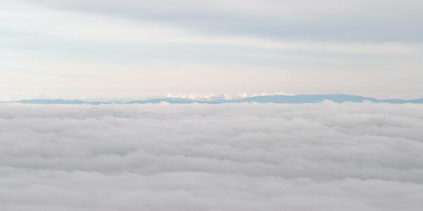 A Magas-Tátra hőfödte hegylánca a felhőpaplan felett a Galya-kilátóból