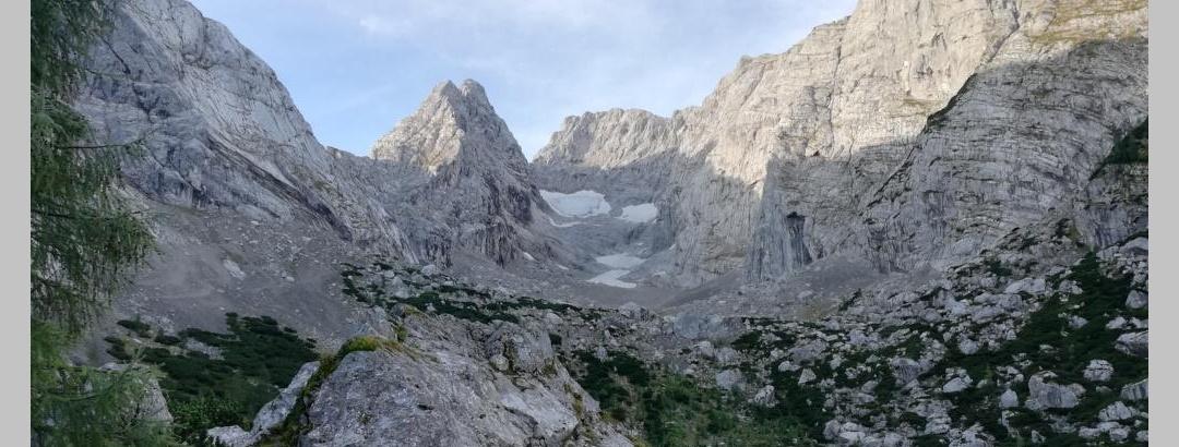 Blick von der Terasse der Blaueishütte zum Talschluss mit Hochkalter, Blaueisgletscher und Blaueisspitze