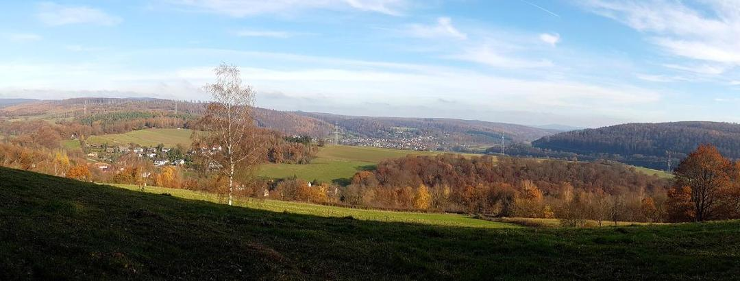 Panoramablick vom Wanderpfad unterhalb der Fritz-Erler-Anlage in Richtung Fuldatal