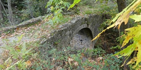 Die erste mittelalterliche Brücke unterhalb des Ortes Treis Elies
