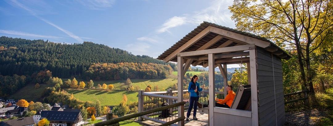 Häuschen mit Waldschaukel oberhalb von Niedersorpe auf der Rothaarsteig-Spur Sorper-Panoramapfad