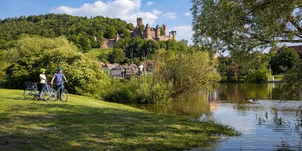 Radler mit Blick auf die Burg Wertheim