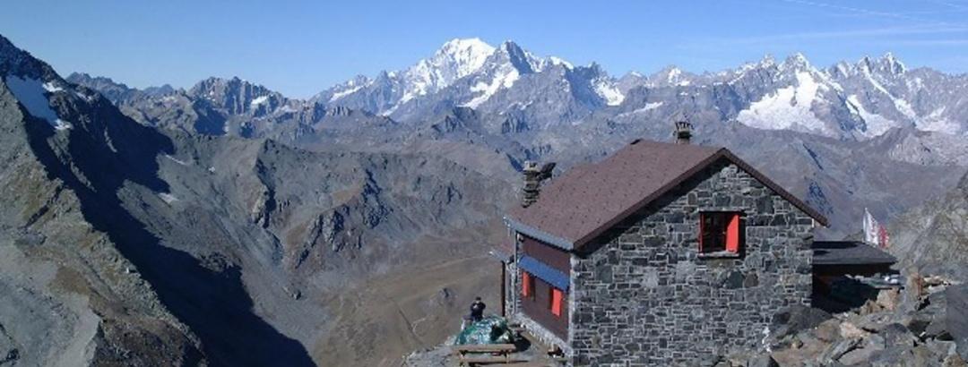 Cabane du Valsorey et Mont-Blanc