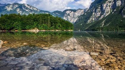 Der Wocheiner See mit dem Hang des Pršivec (rechts)