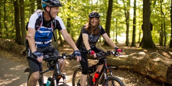Ausflug mit dem E-Mountainbikes durch den Wald
