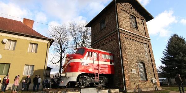 A tapolcai vasútállomás régi vízházához tapasztották a 004-es Nohab orrát