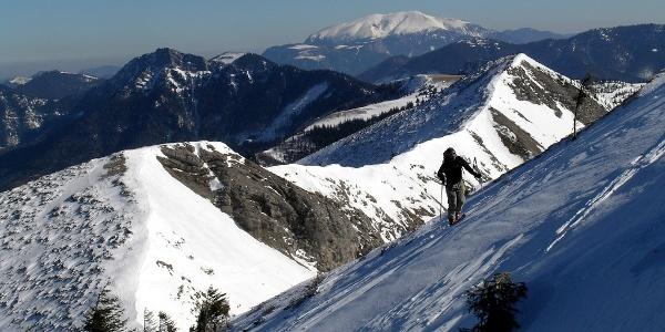Karlgrube: Aufstieg zum Göller, ganz hinten der Schneeberg, davor der Kleine Göller, links unten die Einfahrt in die Karlgrube