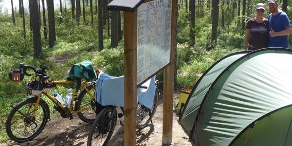 Maastopyöräilijät Onkilammen laavulla