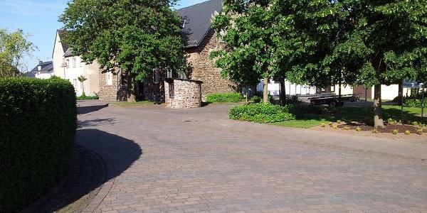 Dorfplatz Morshausen mit Bushaltestelle