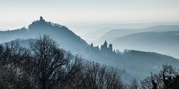 Der Weg bietet viele schöne Ausblicke über das Rheintal und die Höhen des Siebengebirges: Hier der Blick am Morgen auf Drachenfels und Schloss Drachenburg