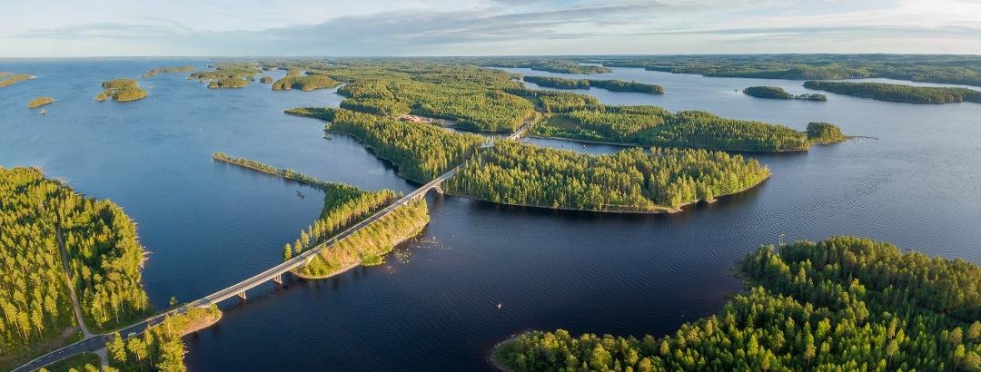 Der Saimaa-See ist der viertgrößte Süßwassersee Europas und der größte See Finnlands, der viele der größeren Städte der finnischen Seenplatte verbindet
