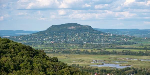 A tanúhegyek legszebbike, a Szent György-hegy az egykori Balaton felett