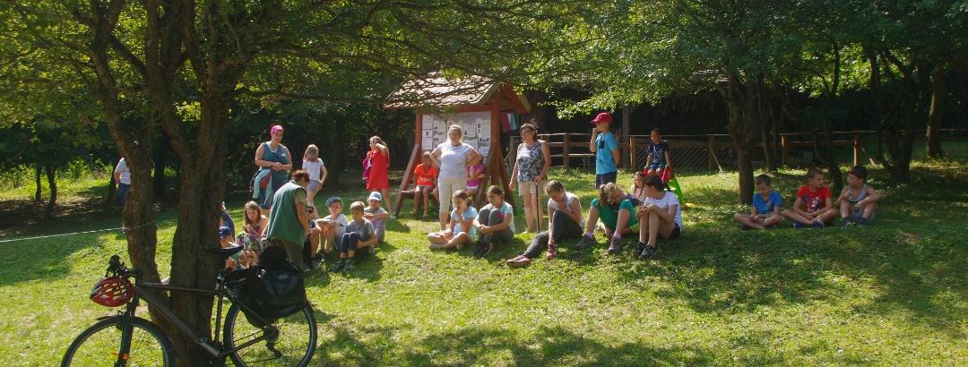 Látogatók az agostyáni ökofaluban
