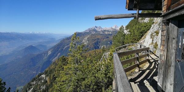 ... vom Berggasthof Steinerhaus auf Weg 676 zum Friedenskircherl / Blick nach Westen in die Hohen Tauern und zum Dachsteingebirge ...