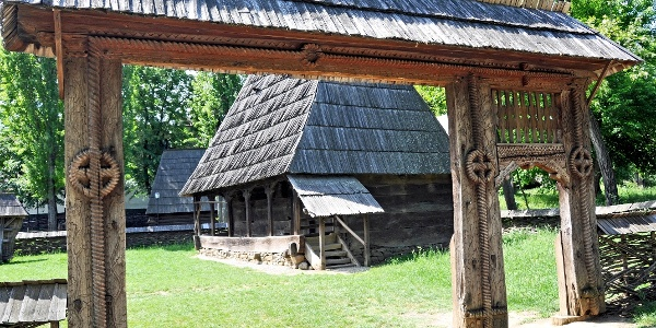 Poartă tradițională expusă la Muzeul Satului