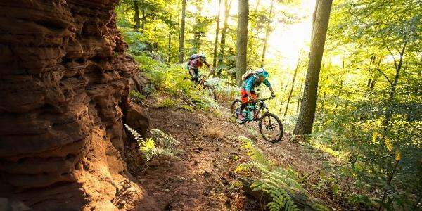 Mountainbiker an Felswand