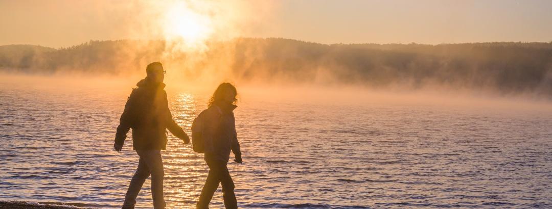 Wanderer im Morgengrauen am Möhnesee