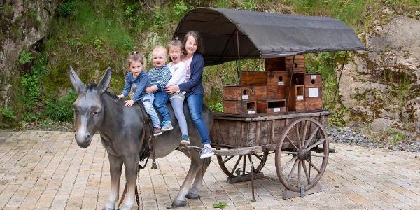 Vier Kinder beim Krämerkarren, Station des Hornberger-Schießen-Weges