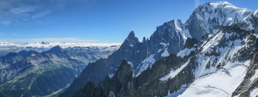 Der Grat aller Alpengrate im Profil. Er zieht über die markante Felsnadel der Aiguille Noire de Peuterey und den formschönen Doppelgipfel der Aiguille Blanche der Peuterey bis hinauf zum höchsten Punkt der Alpen.