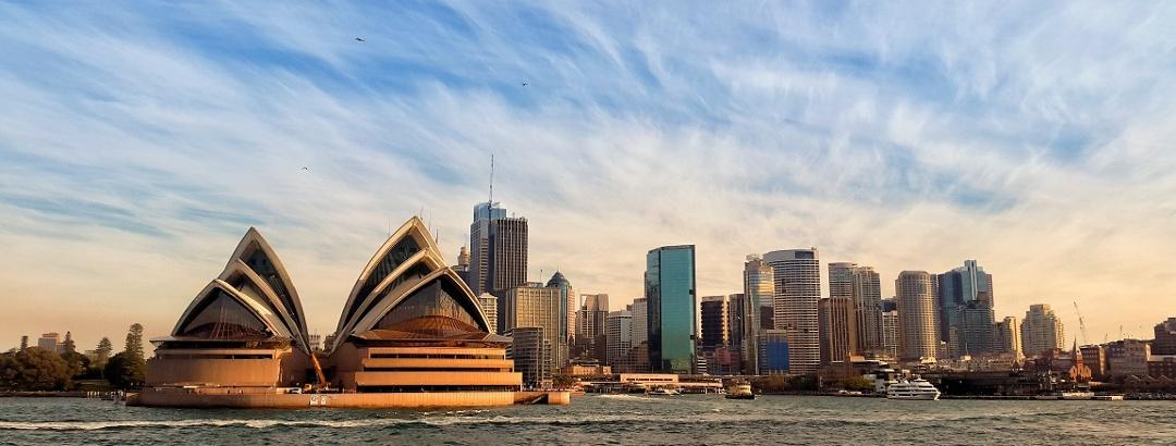 Сиднейский оперный театр на фоне города