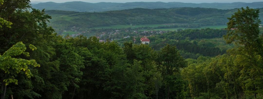 Alkonyat a falu felett a lefelé vezető útról
