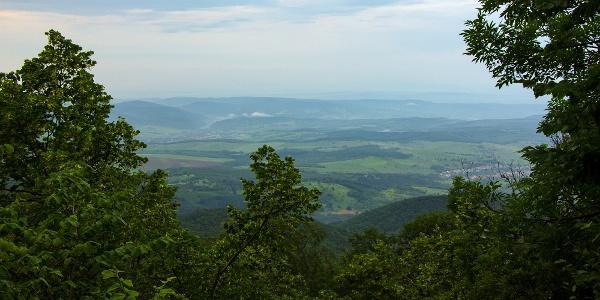 Az Örvény-kő alatt Tardona házai és az Upponyi-hegység erdői