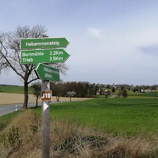 Hebammensteig - Wegweiser mit Blick auf Steinsdorf