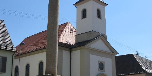 Katholische Kirche in Steinsfurt  mit Jupitergigantensäule